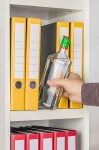 prawo pracy porady szczecin adwokat radca prawny skuteczny prawnik 198x300 - Czy picie alkoholu w miejscu pracy rzeczywiście uzasadnia zwolnienie dyscyplinarne?